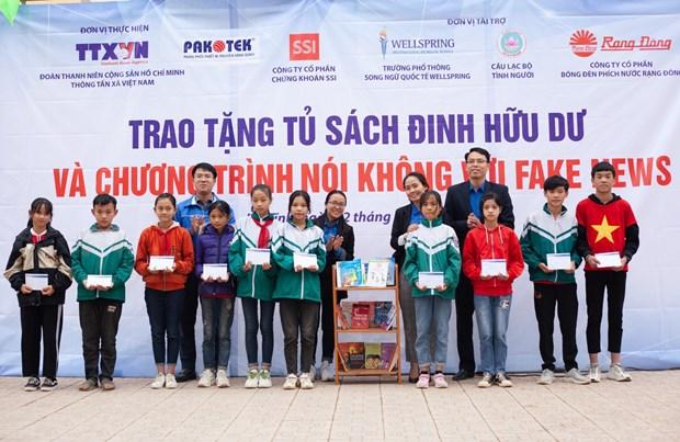 Doan Thanh nien TTXVN trao tang Tu sach Dinh Huu Du tai Ha Tinh hinh anh 8