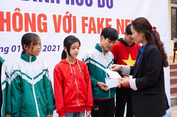 Doan Thanh nien TTXVN trao tang Tu sach Dinh Huu Du tai Ha Tinh hinh anh 9