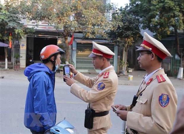 Cảnh sát giao thông kiểm tra nồng độ cồn người tham giao giao thông. Ảnh: Quý Trung/TTXVN