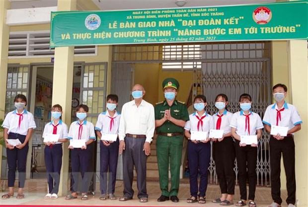 Soc Trang: Tang nha, hoc bong cho ho ngheo, hoc sinh vung bien hinh anh 2