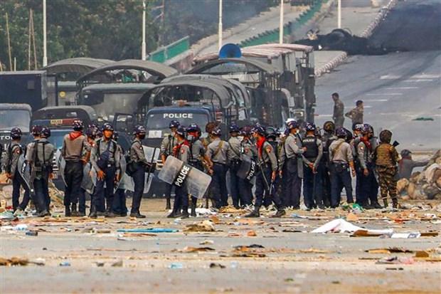 Cảnh sát Myanmar siết chặt an ninh tại quận Hlaingthaya, thành phố Yangon ngày 14-3-2021. Nguồn: AFP/TTXVN
