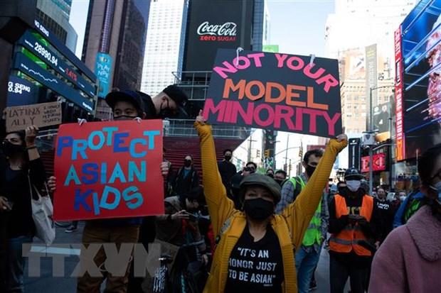 Người dân tham gia tuần hành biểu thị tình đoàn kết với người Mỹ gốc châu Á tại New York, Mỹ, ngày 20-3-2021. Nguồn: THX/TTXVN