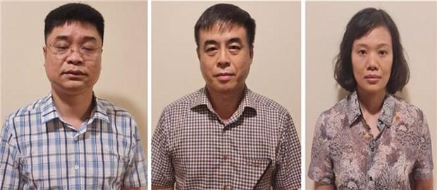 Vu sach giao khoa gia tai Ha Noi: Khoi to 3 can bo quan ly thi truong hinh anh 1