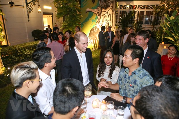 [Photo] 48 gio cua Hoang tu Anh William tai Ha Noi hinh anh 11