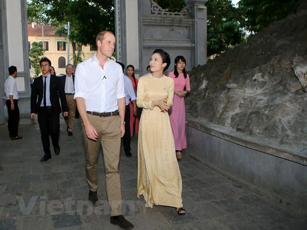 [Photo] 48 gio cua Hoang tu Anh William tai Ha Noi hinh anh 9