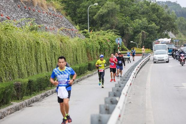 Hang ngan van dong vien 'doi ret' chinh phuc 42km marathon o Ha Long hinh anh 10