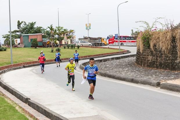 Hang ngan van dong vien 'doi ret' chinh phuc 42km marathon o Ha Long hinh anh 11