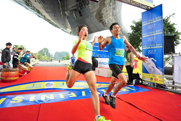 Hang ngan van dong vien 'doi ret' chinh phuc 42km marathon o Ha Long hinh anh 12