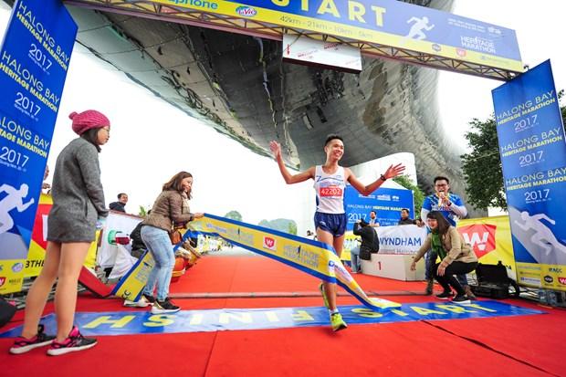 Hang ngan van dong vien 'doi ret' chinh phuc 42km marathon o Ha Long hinh anh 13