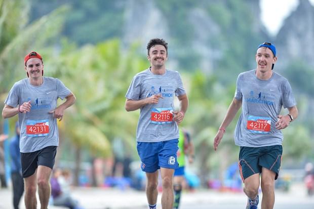 Hang ngan van dong vien 'doi ret' chinh phuc 42km marathon o Ha Long hinh anh 15