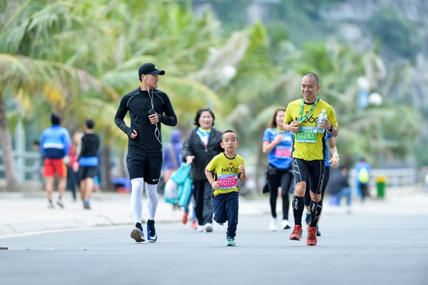 Hang ngan van dong vien 'doi ret' chinh phuc 42km marathon o Ha Long hinh anh 16