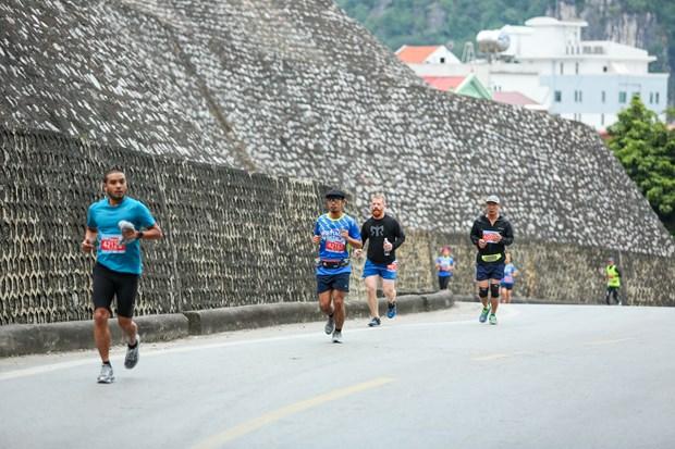 Hang ngan van dong vien 'doi ret' chinh phuc 42km marathon o Ha Long hinh anh 4