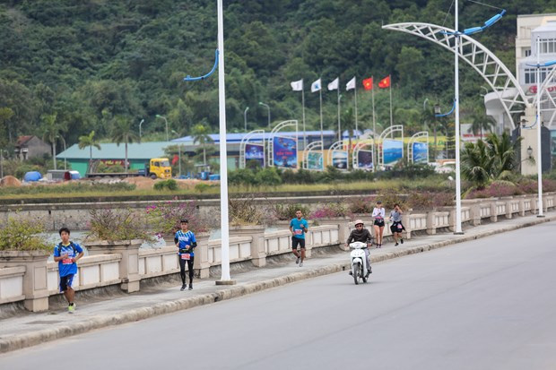 Hang ngan van dong vien 'doi ret' chinh phuc 42km marathon o Ha Long hinh anh 5