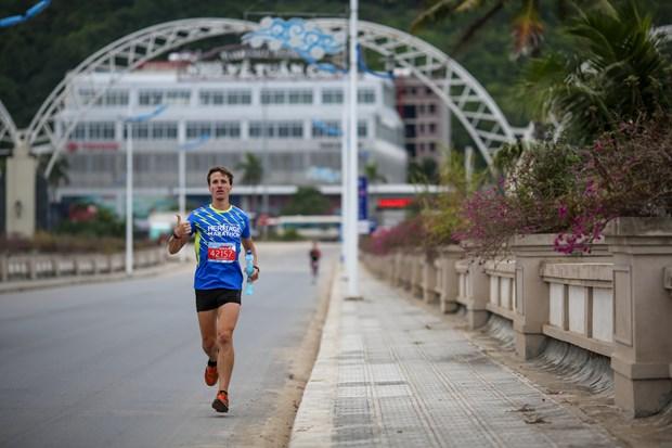 Hang ngan van dong vien 'doi ret' chinh phuc 42km marathon o Ha Long hinh anh 6