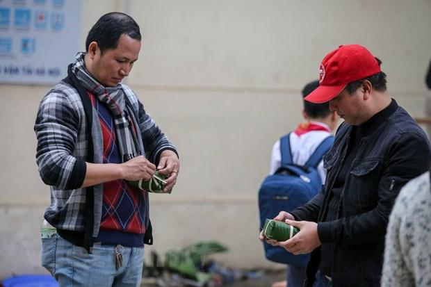 Cuu hoc sinh Ha Noi goi 2018 banh chung dua Tet som den nguoi ngheo hinh anh 3