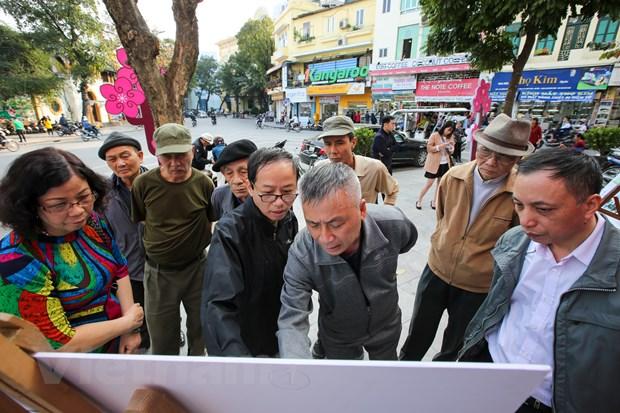 Nguoi Ha Noi thich thu di xem trung bay ga tau dien ngam Ho Guom hinh anh 5