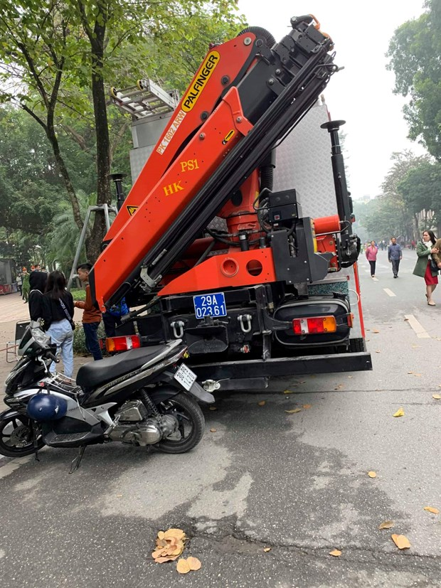 Ha Noi: Nam thanh nien duoi nuoc tai Ho Hoan Kiem chua ro nguyen nhan hinh anh 5