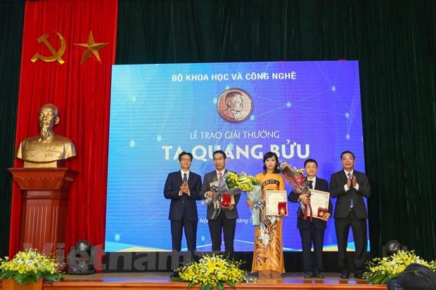 Lan dau tien mot nha khoa hoc nu nhan Giai thuong Ta Quang Buu hinh anh 1