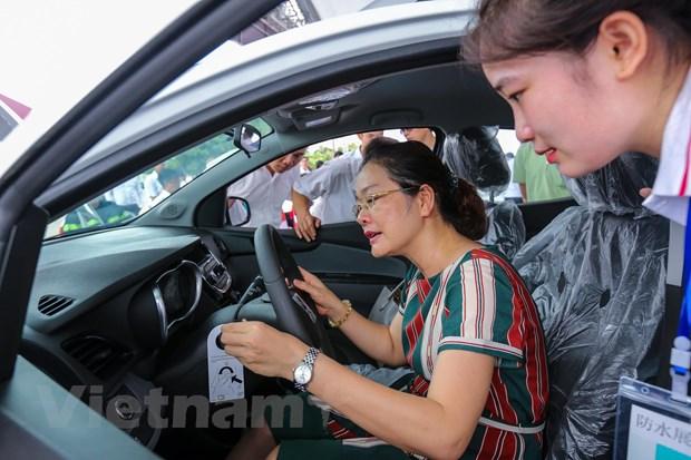 Hang tram khach hang nhan xe Fadil cua VinFast tai Ha Noi hinh anh 8