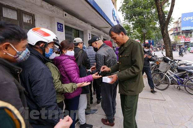 Xep hang ca tieng cho mua 5 chiec khau trang khang khuan o Ha Noi hinh anh 6