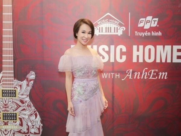 Uyen Linh mo man chuoi chuong trinh livestream am nhac 'Music Home' hinh anh 1