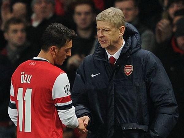 Wenger thua nhan Arsenal gia han hop dong voi Ozil la sai lam hinh anh 1
