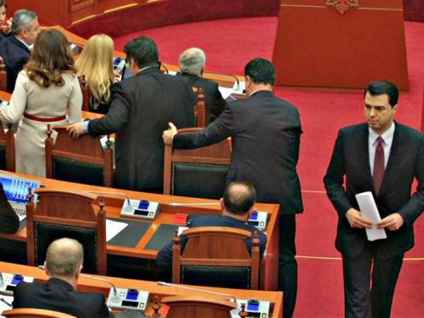 EU chi trich cac nghi si doi lap Albania dong loat tu chuc hinh anh 1