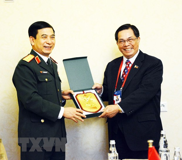Thuong tuong Phan Van Giang gap lanh dao quan doi Nga va Philippines hinh anh 1