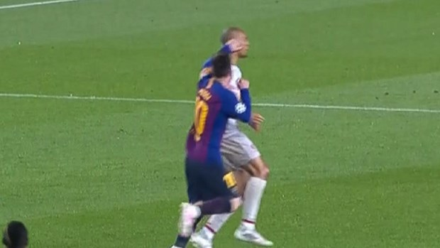 Cac co dong vien Liverpool gian du doi ra an phat cam Messi thi dau hinh anh 1