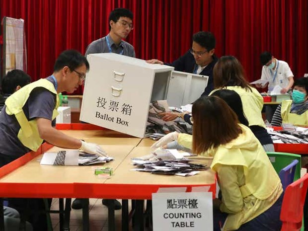 Bau cu Hoi dong quan tai Hong Kong: Hon 70% cu tri di bo phieu hinh anh 1