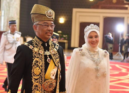 Malaysia: Nha vua va Hoang hau tu cach ly vi nhan vien nhiem COVID-19 hinh anh 1