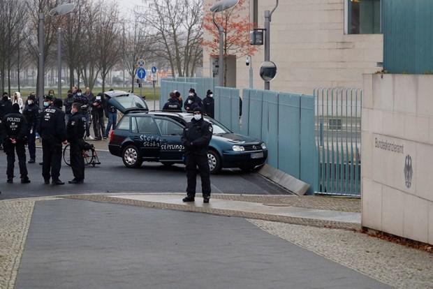 Một đối tượng lao xe vào cổng Phủ thủ tướng ở Berlin