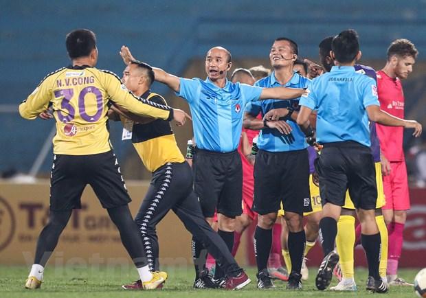 Trong tai noi nhieu sai sot, V-League van khong dung 'hang ngoai' hinh anh 1