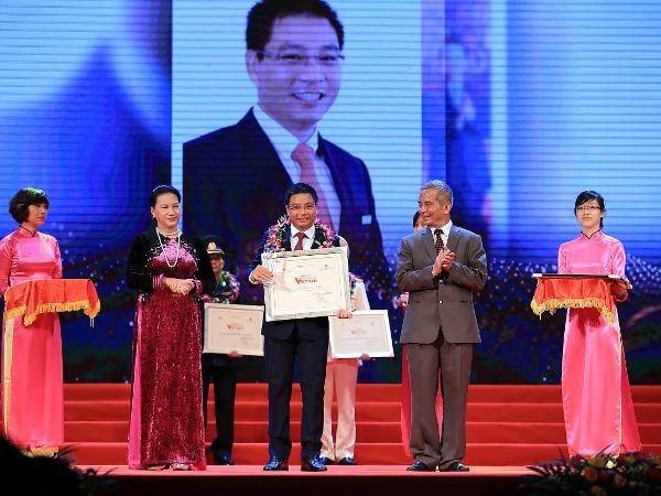 """Chu tich VietinBank duoc ton vinh o chuong trinh """"Vinh quang Viet Nam"""" hinh anh 1"""