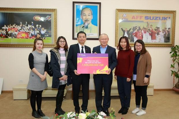 TPBank trao tang 1,6 ty dong cho doi tuyen U23 Viet Nam hinh anh 1