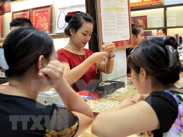 Gia vang trong nuoc khong bien dong, the gioi giam 7 USD hinh anh 1