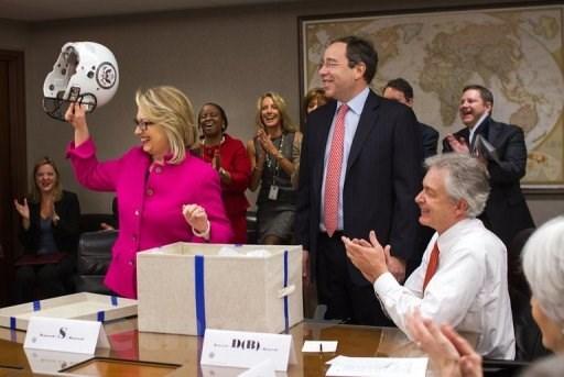Hillary Clinton duoc tang mu bao hiem khi di lam hinh anh 1