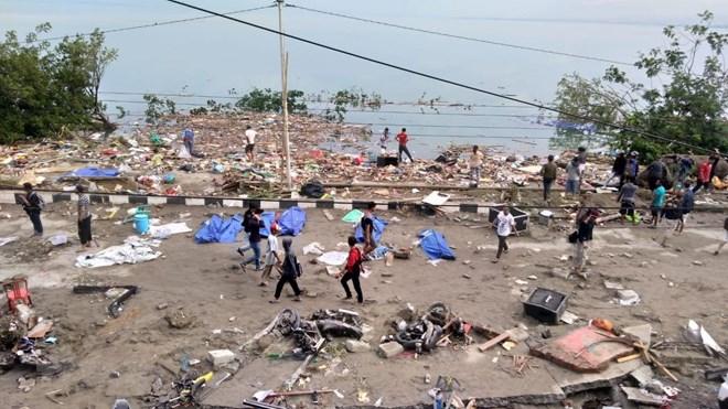 Hiện trường ngổn ngang, đổ nát sau khi sóng thần ập vào Palu, đảo Sulawesi, Indonesia ngày 28-9. Ảnh: AFP/TTXVN