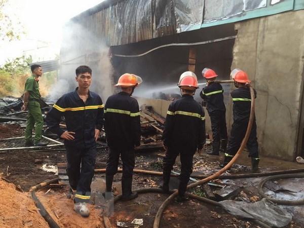 Cháy lớn thiêu rụi gần như toàn bộ kho chứa gỗ ở Bình Phước