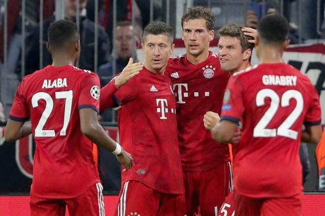 Niềm vui của các cầu thủ Bayern sau khi Lewandowski lập công. (Nguồn: Getty Images)