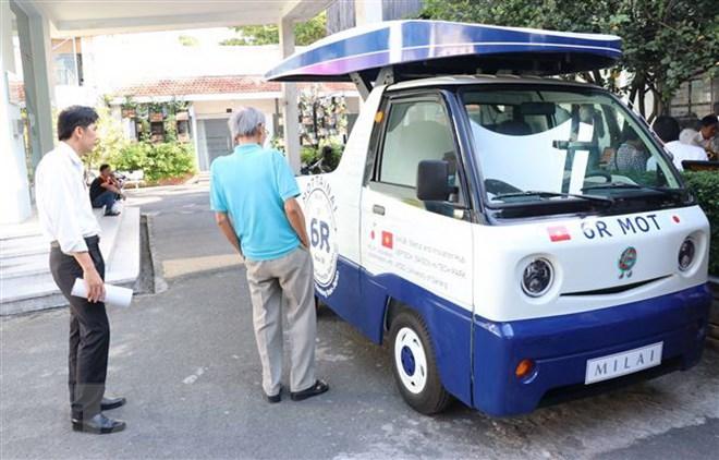 Xe vận chuyển rác 6R-MOT được thiết kế chạy bằng năng lượng Mặt Trời và năng lượng tái tạo từ rác hữu cơ. (Ảnh: Tiến Lực/TTXVN)