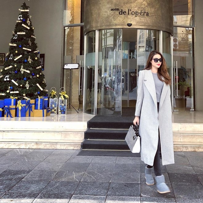 Phạm Hương tận hưởng thời tiết lạnh giá với bộ đồ phối lớp, có tông màu ghi  sáng làm chủ đạo. Dù chỉ ghép đôi áo thun và quần skinny đơn giản, ...