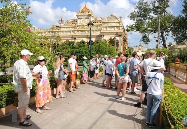 Du khách quốc tế tham quan một điểm du lịch của Việt Nam. Ảnh: An Hiếu/TTXVN