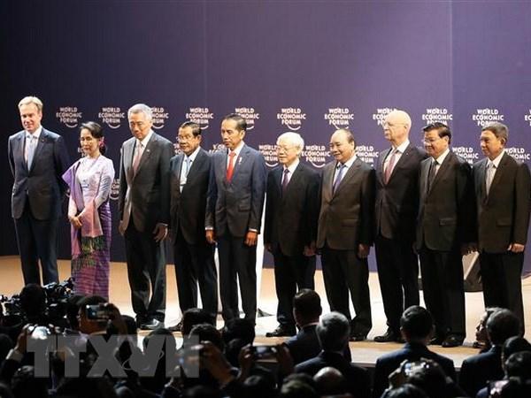 Tổng Bí thư Nguyễn Phú Trọng (thứ năm, từ phải sang), Thủ tướng Nguyễn Xuân Phúc (thứ tư, từ phải sang), Chủ tịch sáng lập WEF Klaus Schwab (thứ ba, từ phải sang) và các trưởng đoàn tham dự hội nghị chụp ảnh chung. Ảnh: Lâm Khánh/TTXVN
