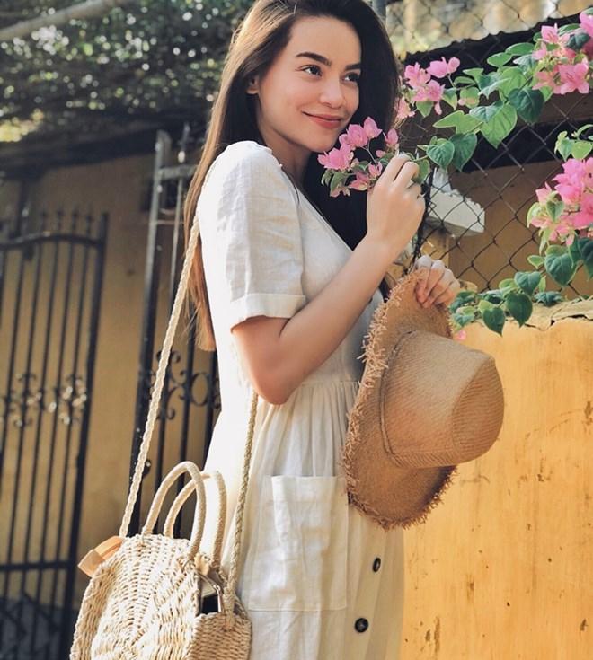 Từ những chi tiết nhỏ như giỏ cói, mũ nan đều được Hồ Ngọc Hà lựa chọn khéo léo, điểm xuyết cho bộ đầm trắng thêm nét vintage, hoài cổ.