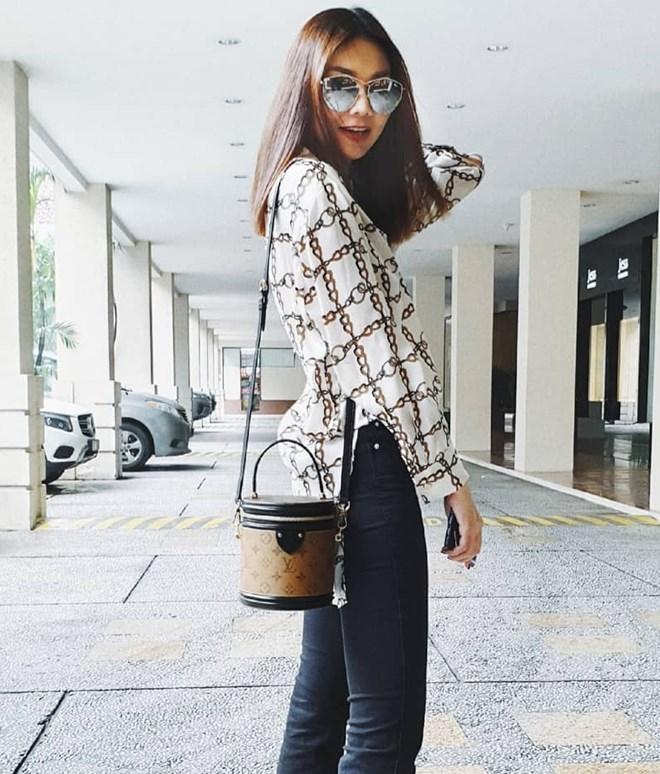 Thanh Hằng không hổ danh biểu tượng thời trang của làng mốt Việt khi là một trong những người đẹp đầu tiên sở hữu chiếc túi Cannes thuộc bộ sưu tập Thu Đông 2018 của Louis Vuitton. Nhờ món phụ kiện hơn 50 triệu đồng, set đồ dạo phố của siêu mẫu trở nên ''đắt giá'' hơn đáng kể