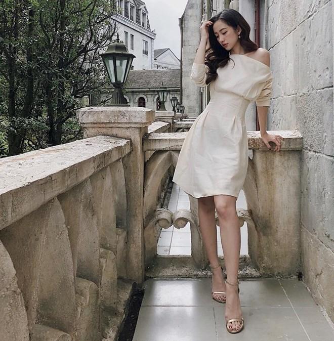 Jun Vũ thả dáng yêu kiều với lựa chọn đầm trễ vai, có điểm nhấn eo tuyệt đẹp. Không phụ kiện xa xỉ, nàng thơ của phim ''Tháng năm rực rỡ'' vẫn tỏa sức hấp dẫn nhờ vẻ đẹp kiêu kỳ và khí chất ''sang chảnh''.