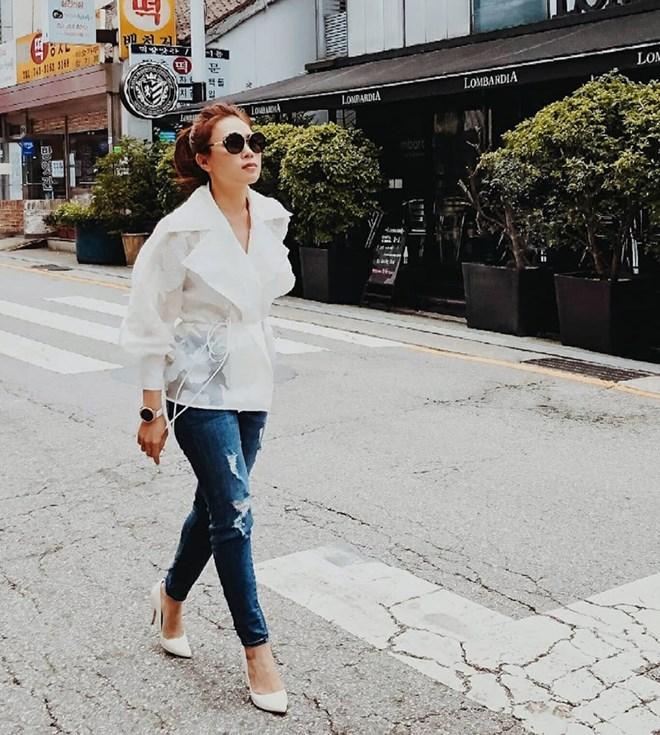 Dù chỉ diện sơmi trắng và quần jeans, giày cao gót đơn giản, Mỹ Tâm cũng khiến người hâm mộ mãn nhãn, tự hào bởi thần thái tự tin khi đi công tác tại Hàn Quốc.