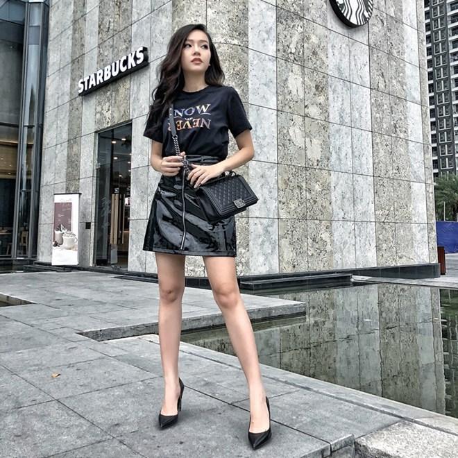Băng Di trổ tài mix đồ sành sỏi khi ghép cặp áo thun in chữ cùng chân váy da tiệp màu đen. Cô nàng tiểu tam của ''Gạo nếp, gạo tẻ'' ghi điểm với lựa chọn giày pump và túi Chanel đồng điệu, tạo sự ăn ý cho tổng thể trang phục.
