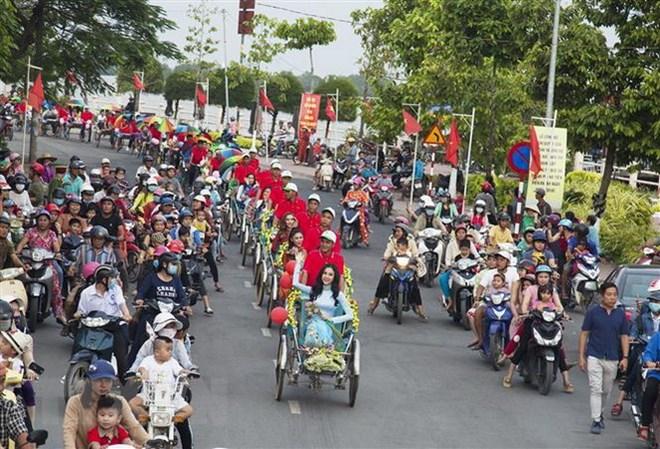 Diễu hành xe hoa chào mừng Hà Tiên lên thành phố. Ảnh: Hồng Đạt/TTXVN
